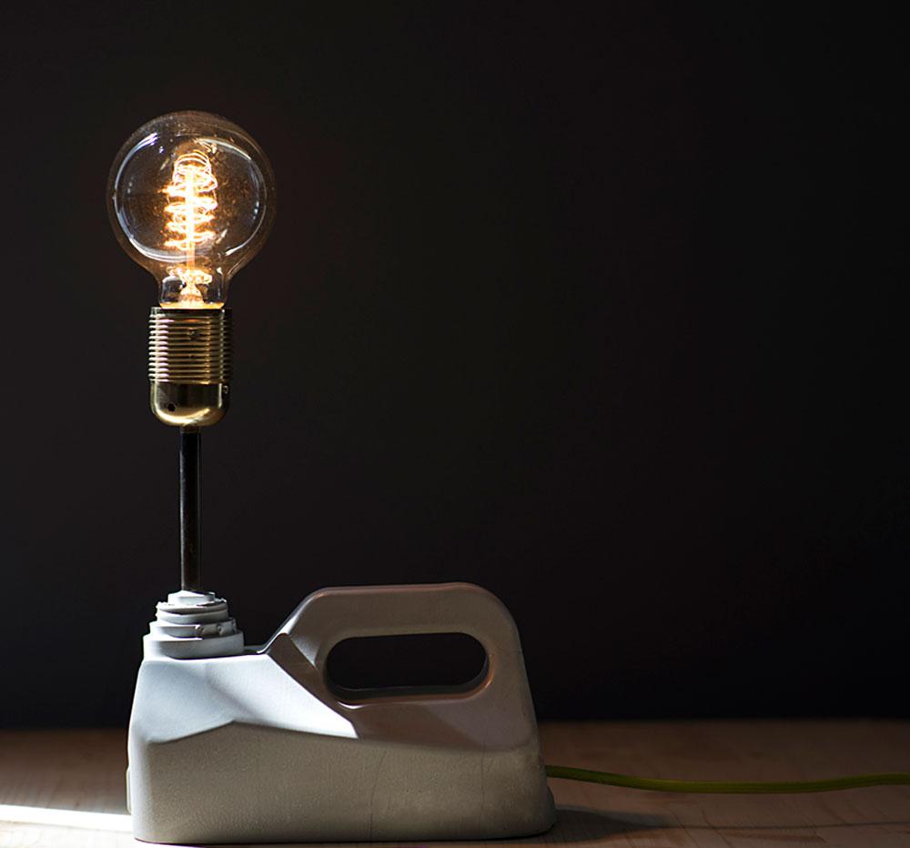 גוף התאורה של אלון ביטון Concrete Lamp. יציקת בטון ונורת פחם בהשראת הג'ריקן