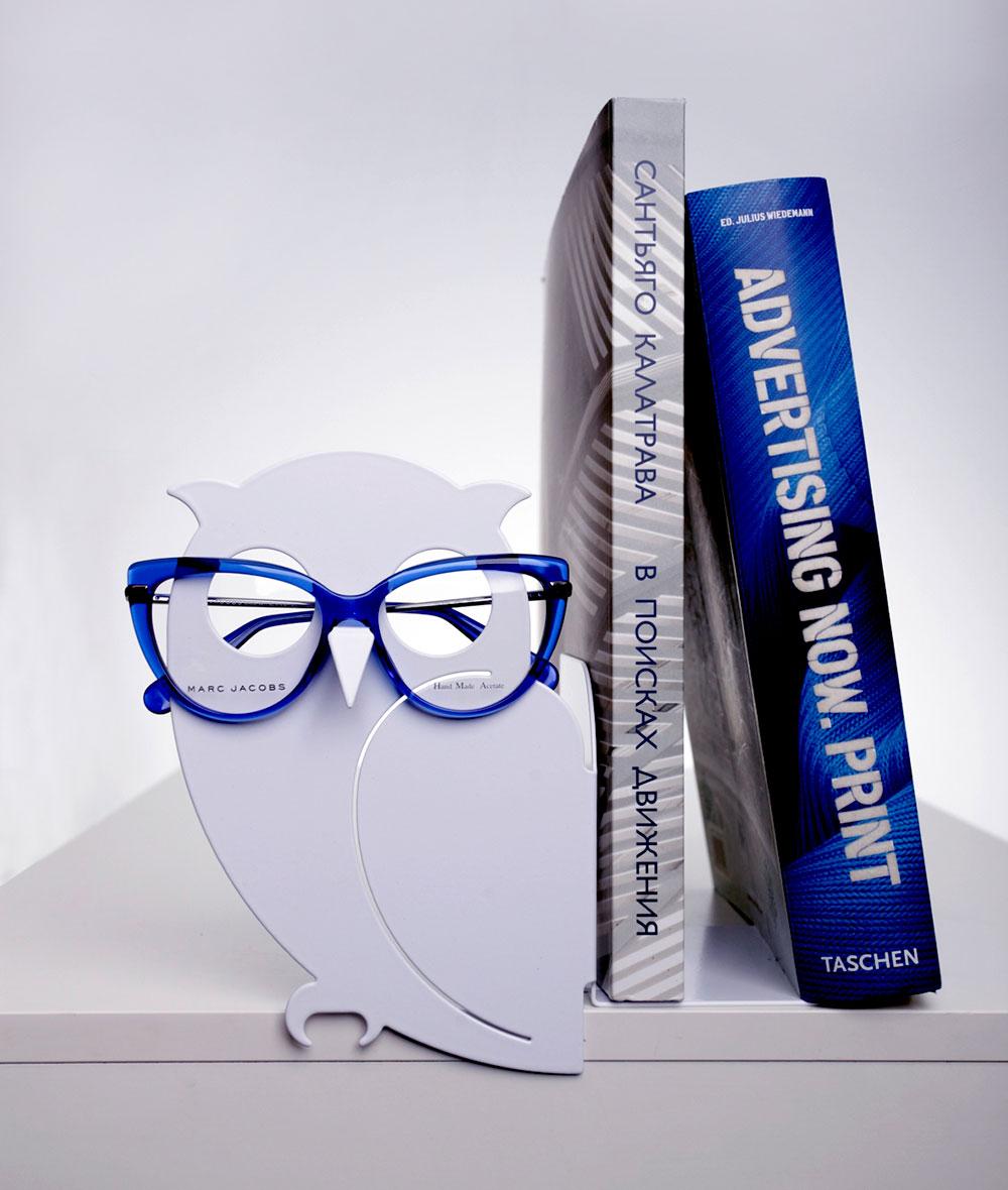 זיגמונד, ינשוף המתכת שהוא תומך הספרים החדש של סטודיו אוליגו, הוא גם מתקן למשקפיים.