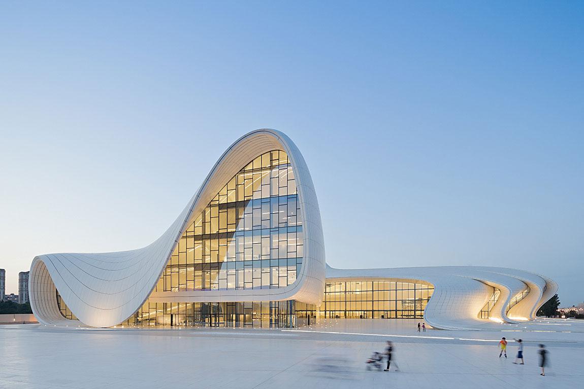 """מרכז היידר אלייב שזאהא חדיד תכננה בבאקו, בירת אזרבייג'ן הוא הזוכה בפרס """"עיצוב השנה 2014"""" של מוזיאון העיצוב הלונדוני. צילום: Iwan Baan"""
