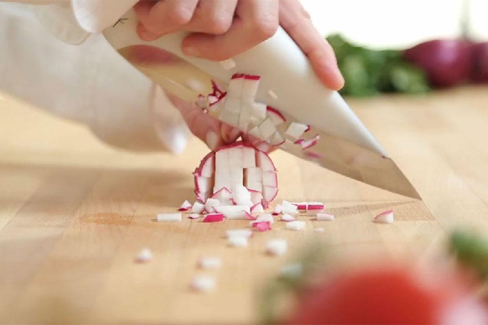 Kitchen Tools, פרויקט הגמר של מטר רמז. צילום: אחד הסכינים חותך צנון, מתוך סרטון הוידאו שצילם נועם אשל