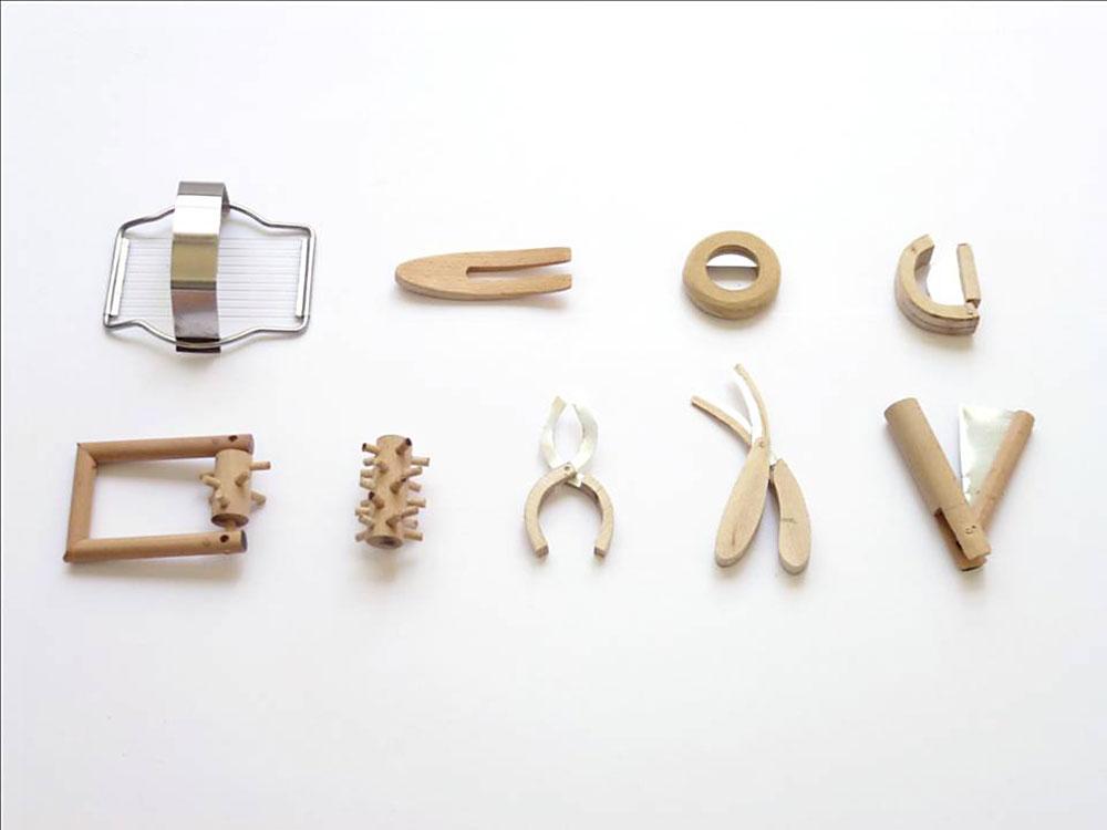 סקיצות חומריות (ממתכת ועץ) מתהליך המחקר