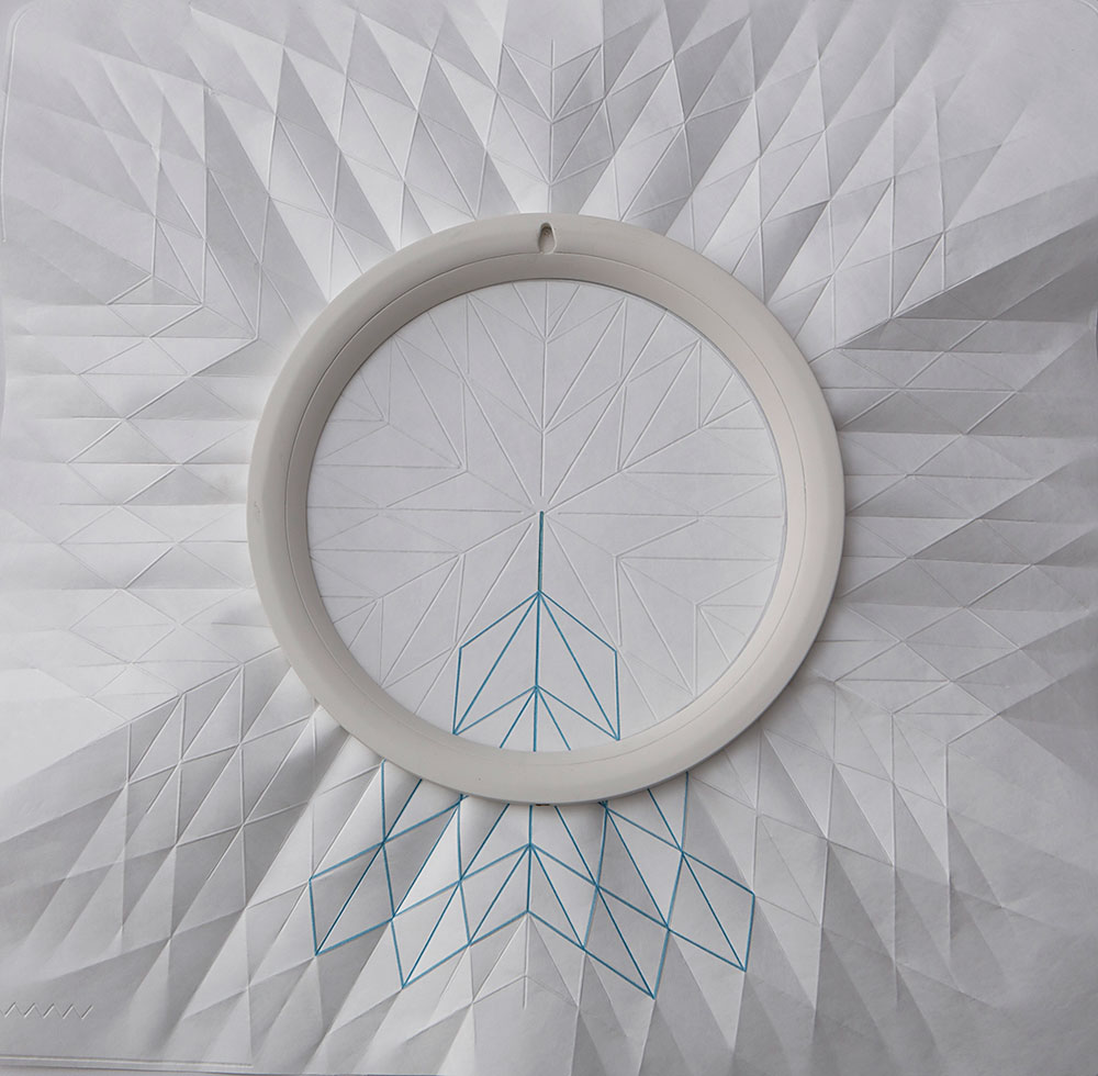 Embro, פרויקט הגמר של סשה לייקין. מיקום המעגל החשמלי בצדו המוסתר של הנייר מודגש בצבע