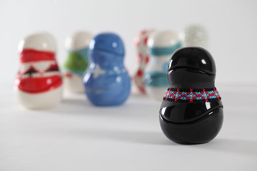 בובות הקרמיקה נרקמו בהשראת דוגמאות ושילובי צבעים בלארוסיים מסורתיים
