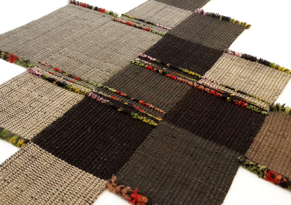 צד א' של השטיח. יחידות הבסיס בגווני חום