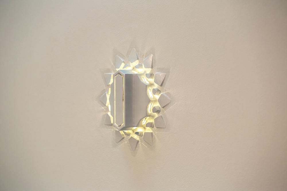 ערבסקה חשמלית. מנורת הקיר במבט מהצד