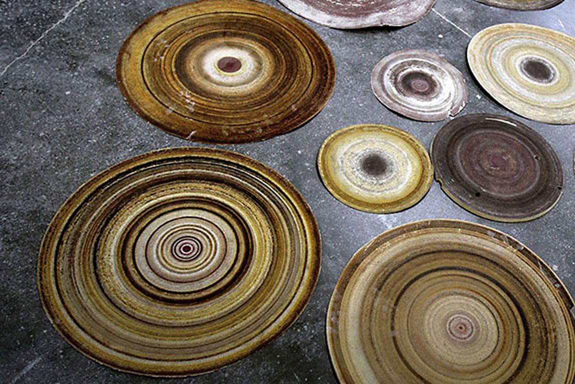 Grit, פרויקט הגמר של אבי פדידה, עיצוב תעשייתי, בצלאל 2014. עקבות עץ המשויף נטבעים כחותם בנייר השיוף