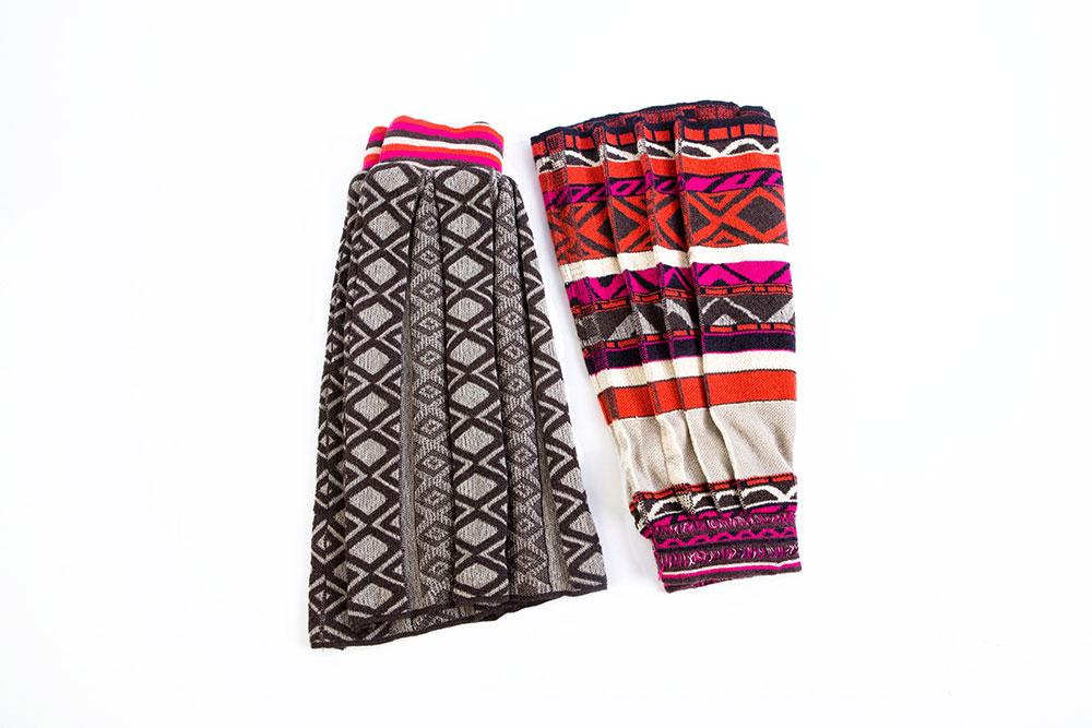 קפל הבד - כפל משמעות. שתי חצאיות מקולקציית הבגדי הסרוגים של שירי גנץ. צילום: אחיקם בן יוסף