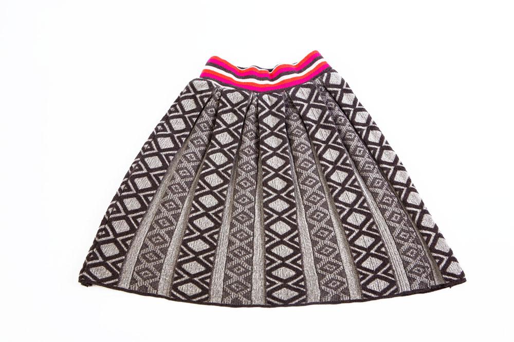 החצאית האפורה. משחקים של קפלים ודוגמאות גיאומטריות