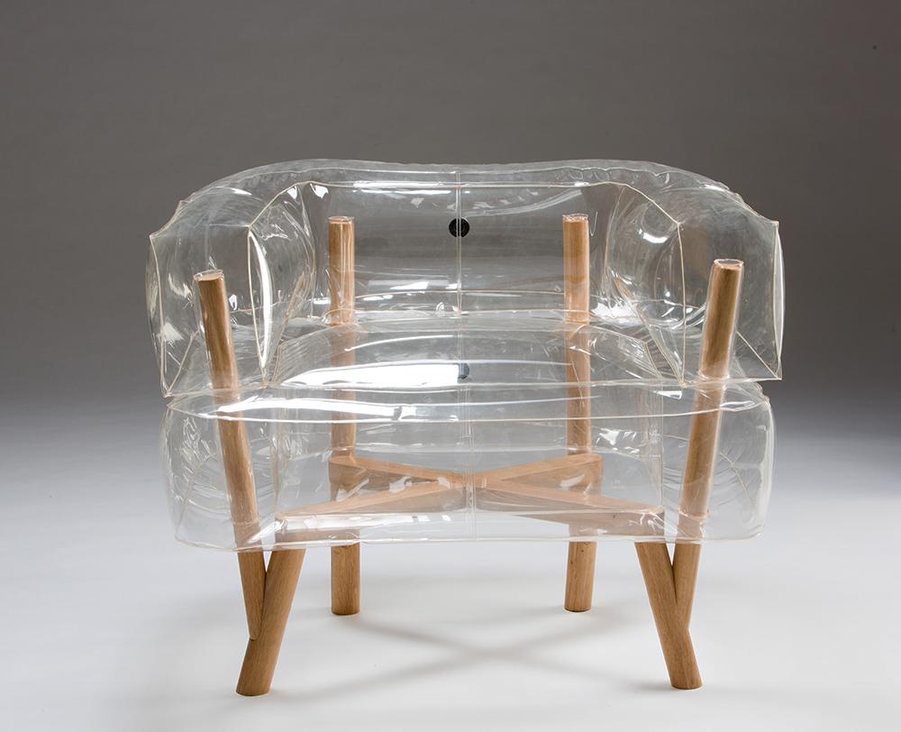 Anda, כורסת פלסטיק שקופה עם רגלי עץ בעיצוב תהילה גיא. משיבה את כבודם האבוד של הרהיטים המתנפחים