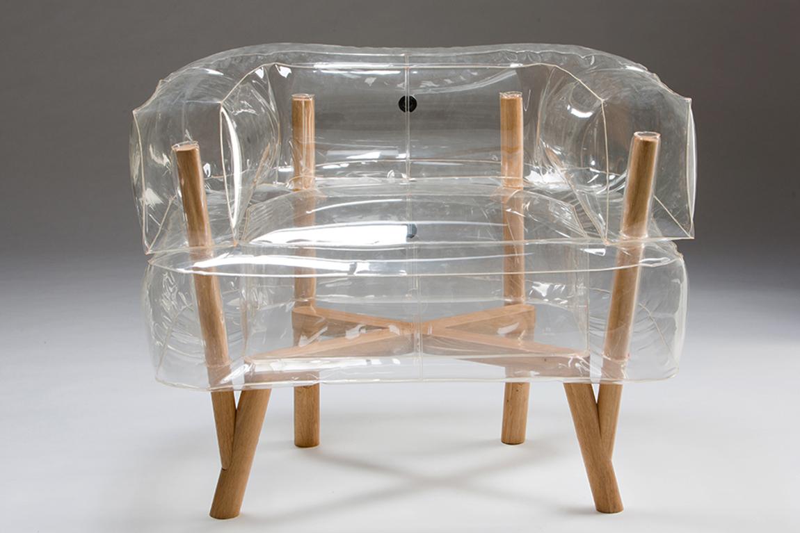 Anda, כורסת פלסטיק שקופה ומתנפחת עם רגלי עץ בעיצוב תהילה גיא. משיבה את כבודם האבוד של הרהיטים המתנפחים