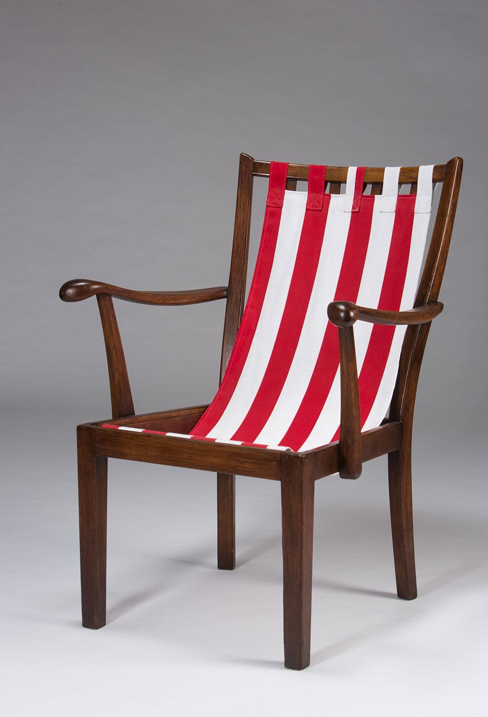 כיסא סבתא בבגד ים. כיסא עץ פולני עם ריפוד פסים טיפוסי לאקססוריז לחוף הים