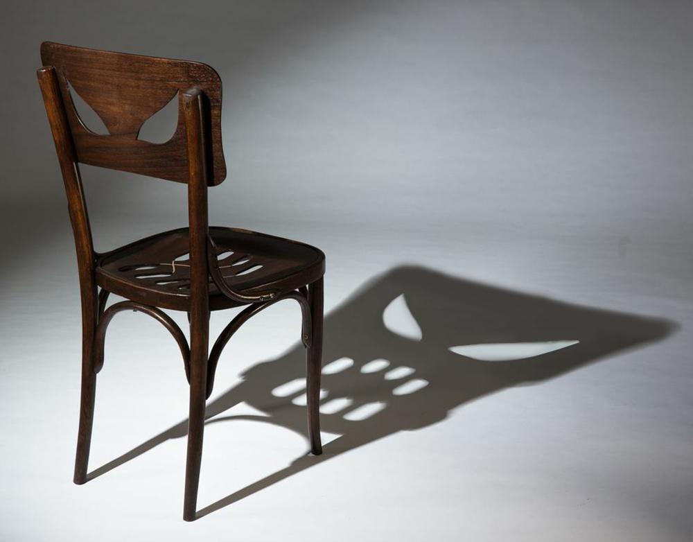 כיסא הצל. באופן מפתיע, דווקא כשמדליקים את האור, מתגלה צילו המפלצתי של הכיסא התמים למראה