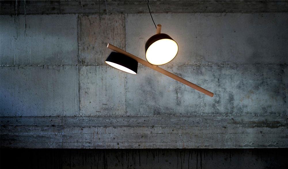 מנורת DRAGONFLY מגוף עץ ואהילי מתכת עגולים. שפירית מעופפת או ענף עם פרי
