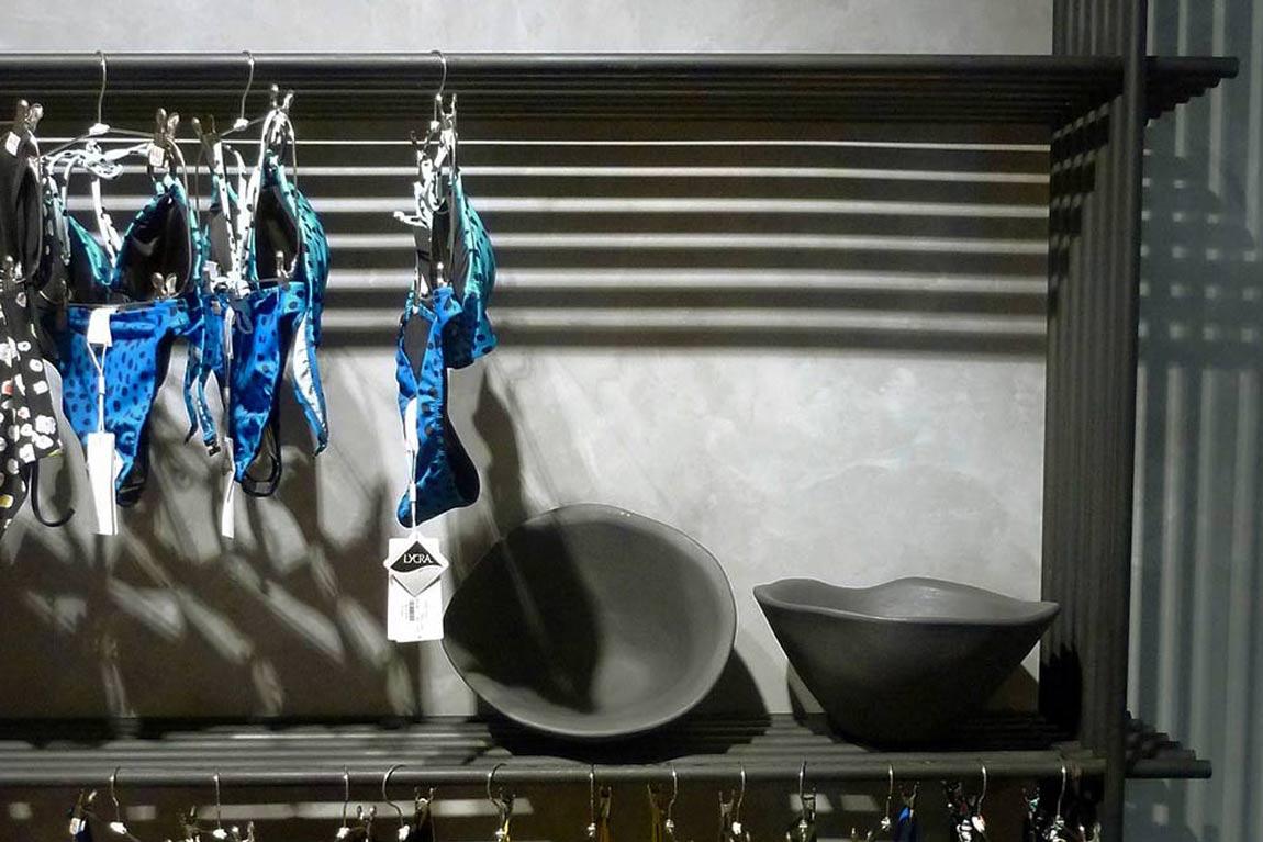 האופנה של אוברזון, העיצוב של TALENTS. בגדים ים וקערות קרמיקה על מדפי התצוגה