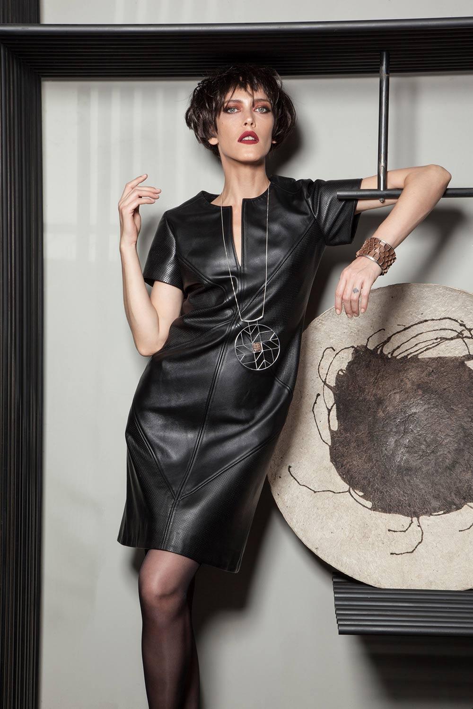 יאנה גור, צמיד הפורנירון ותליון האוריגמי של גריבי וקערת הנייר של צפתי. צילום: טינו ואקה