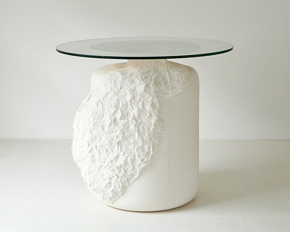 """Hackingtable. שולחן מאבקת אבן שתבנית יציקתו נחצבה במכות איזמל קטנות ויצרה מעין """"גידול"""" שמשנה את צורתו המקורית. צילום: Jamie McGregor Smith"""