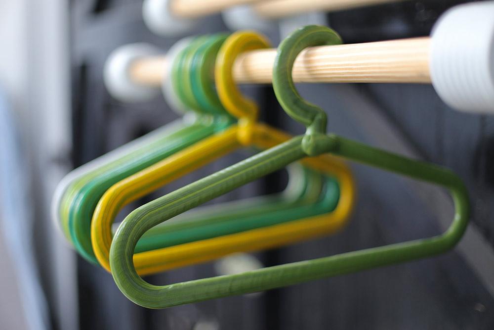 Chubby Coat Rack. שאריות הפלסטיק מנוצלות ליצירת מתלים וקולבים