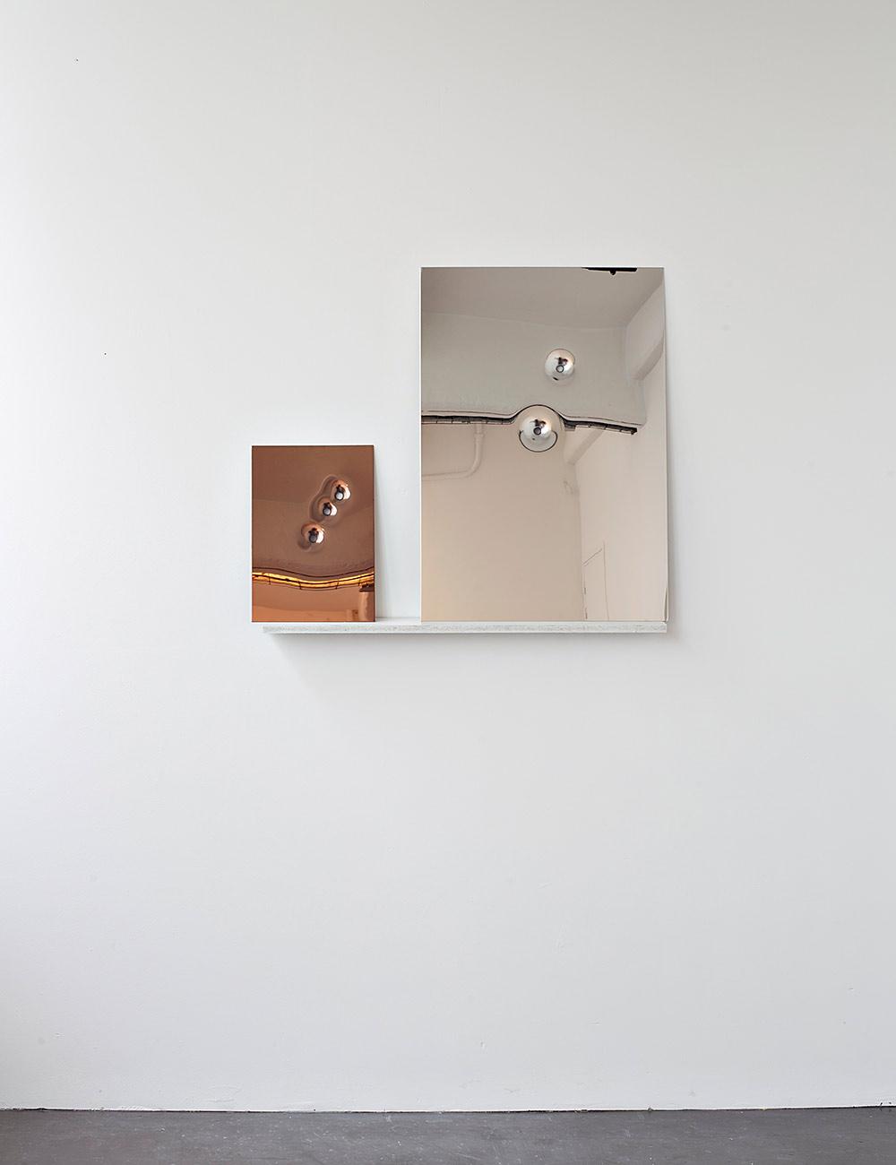 Impact Composition, 2014. השתקפות אובייקטים מתכתיים תלויים דרך מראה המונחת על מדף לבן. צילומים באדיבות אריק לוי