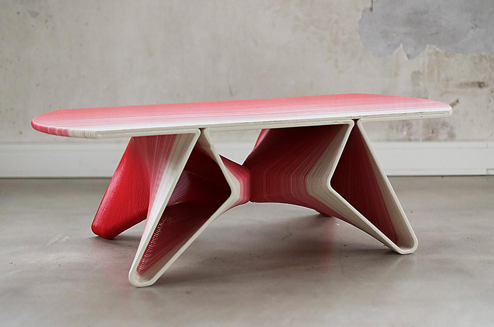 Flow Coffee Table. שולחן בהדפסה תלת מימדית עם דוגמת פסים מדורגת בין אדום ללבן
