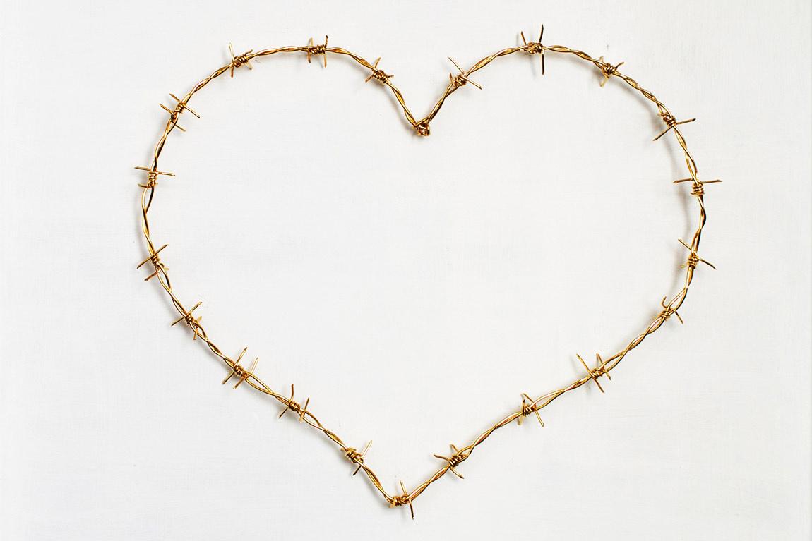 Love MeTender, 2014 . תמונת הנושא - לב תיל בעבודת יד מחוט פליז מצופה זהב
