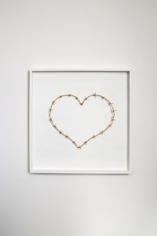 Love MeTender, 2014 . לב תיל בעבודת יד מחוט פליז מצופה זהב