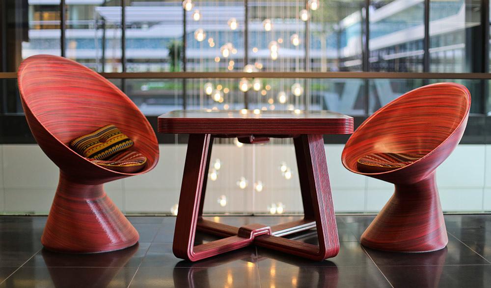 New Babylon Chairs+Fat Line Table. רהיטי ההדפסה התלת-מימדית באדום