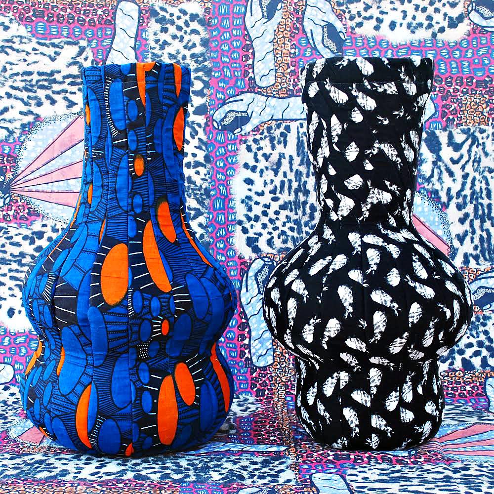 Tailored Vases. הכד כמטאפורה לגוף הנשי. שני כדי בד שמנימנים בשחור ולבן ובכחול, כתום וקווים שחורים