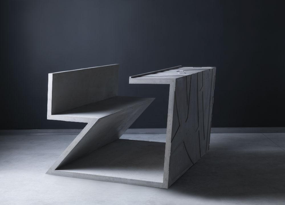 סופרים את האורז, יחידת ישיבה בנויה מבטון הכוללת מושב ושולחן. 30 השולחנות עוצבו בהמשך למיצב של מרינה אברמוביץ'