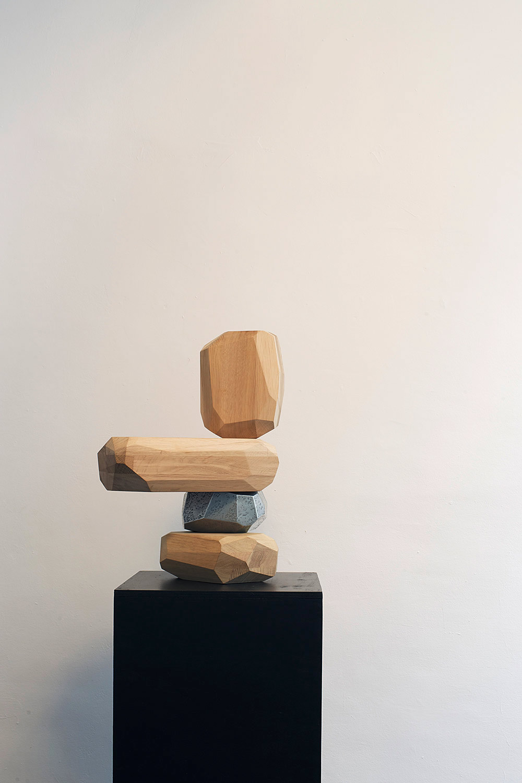 Micro Rockwood Formation, 2014. מבנה דמוי סלעים מרובי פאות מעץ אלון גושני, נערמים זה על זה