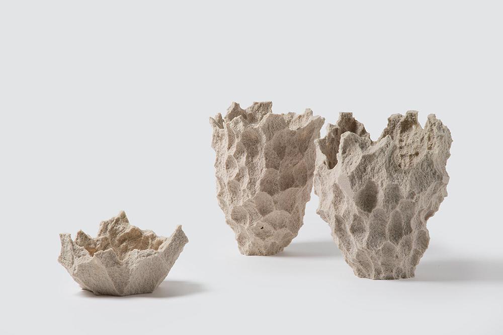 Else Rock Vases. האגרטלים של מיכל פארגו ל-PCM. כמו אגרטל שנחצב מסלע, עשוי מספוג ורזין
