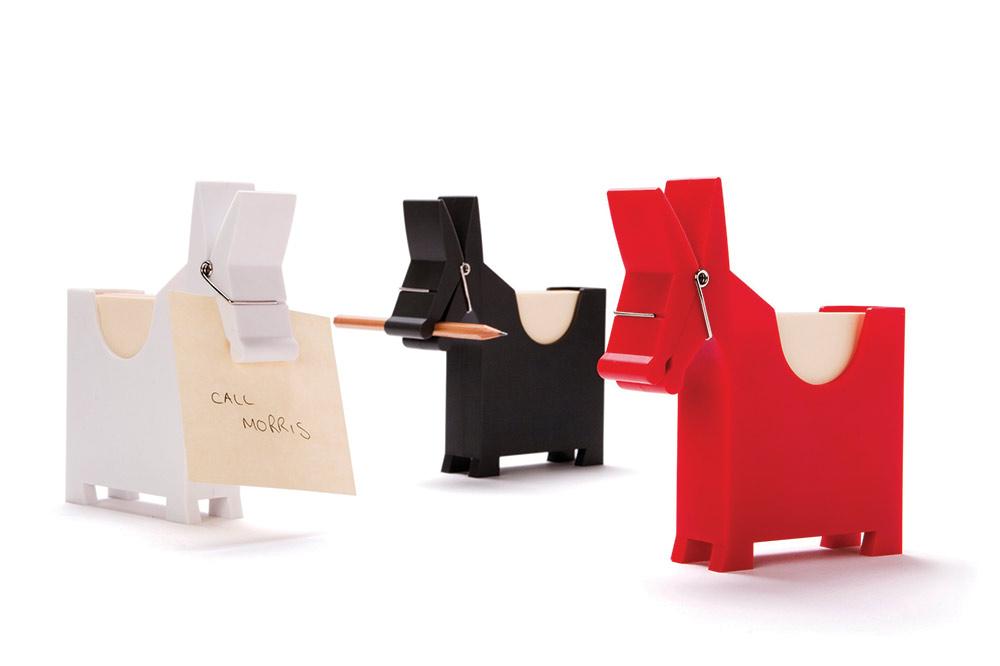 Morris Memo בעיצוב סטודיו יעקב קאופמן. אחד הבסט-סלרים הגדולים. חמור פלסטיק בלבן, אדום ושחור שבגבו מאחסנים פתקיות ובפיו שמזכיר אטב - עיפרון או תזכורת