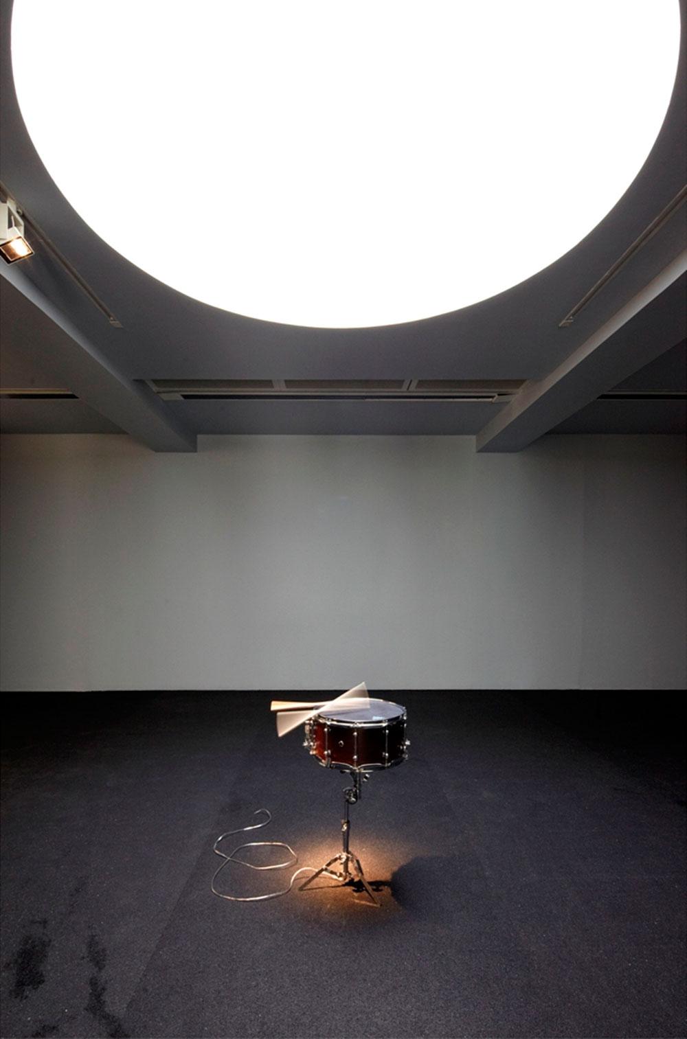 """Another Solo in the Doldrums. תוף סנר (צד) מוּסב, חלקי מגברים, מעמד של תוף סנר, מקלות תיפוף 41×56×75 בקירוב, פסקול, """"49'11 באדיבות האמן מראה הצבה, גלריה סרפנטיין, לונדון, 2011 © צילום: סילביאן דֶלוּ"""