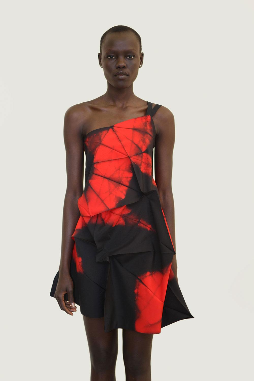 """5 123. השמלה שנפתחת מהקיפול. הדגם, מתוך קולקציית סתיו-חורף 2012, הוצג ב""""קיפולים"""". צילום: Frederique Dumoulin"""