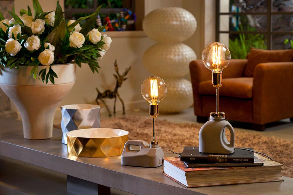 אלון ביטון. מנורות בטון בצורת ג'ריקנים ונורת פחם