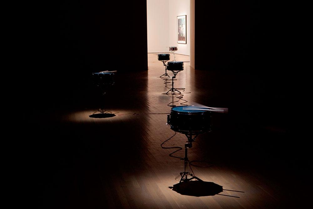 """2008, Doldrums (Purchase Not by Moonlight) עשרה תופי סְנֵר (צד) מוּסבּים, חלקי מגברים, מעמדים לתופי סנר, מקלות תיפוף  פסקול, """"30'25 באדיבות גלריה מריאן גודמן, ניו יורק מראה הצבה, מוזיאון לאמנות עכשווית, מונטריאול, 2008 © צילום: גי ל'אֵרֵה"""