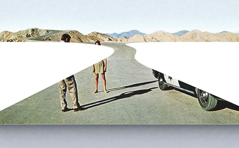 קונטקט, דאג אייטקן, 2012. קווי המגוז מתעגלים, יוצרים משולשים מרוככים בלבן המינימליסטי על סצ ינת הסיום של הסרט קונטקט