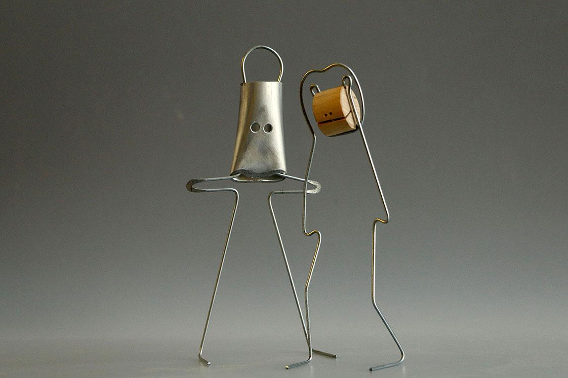שתי פיגורינות מחוט ברזל מתוך התערוכה של קאופמן