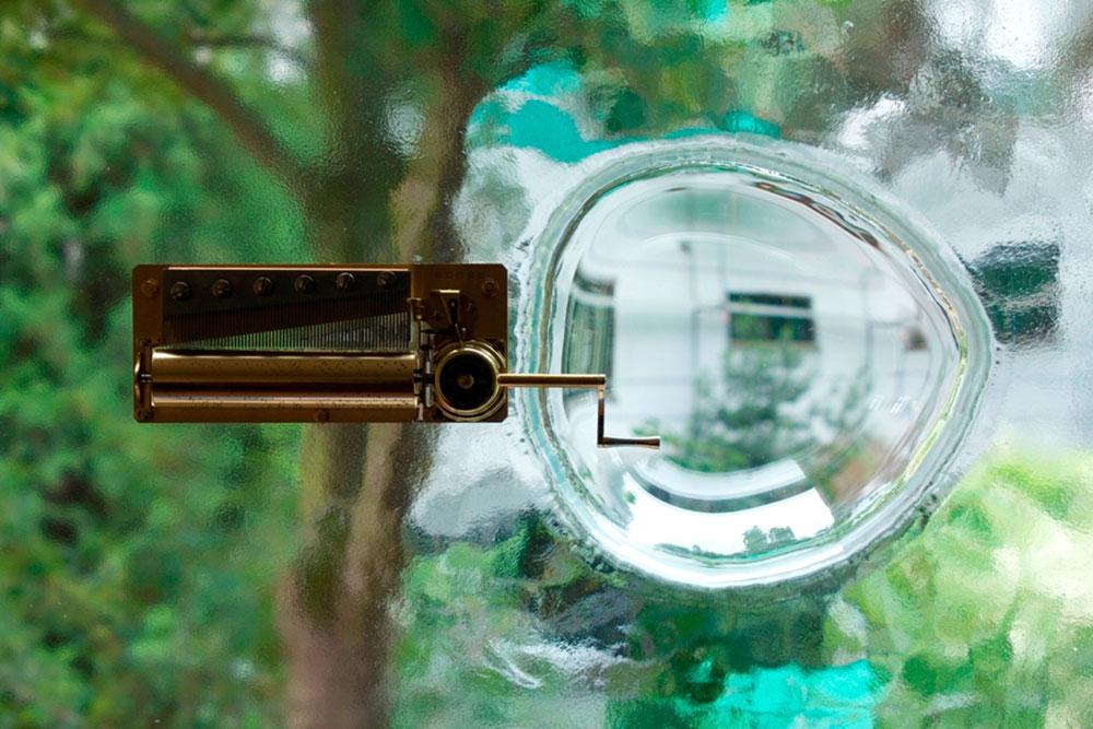 No Window No Cry, פרט, 2011. תיבת נגינה, שמשת חלון, משקוף עץ. באדיבות גלריה שנטל קרוזל, פריז. © צילום: ג'וליאנה סנטהקרוז