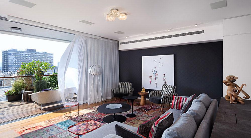 מבט אל הסלון ומרפסת הדק. אדירה במרכז תל-אביב. אדריכלות: שולי טפירו. צילום: שי אפשטיין