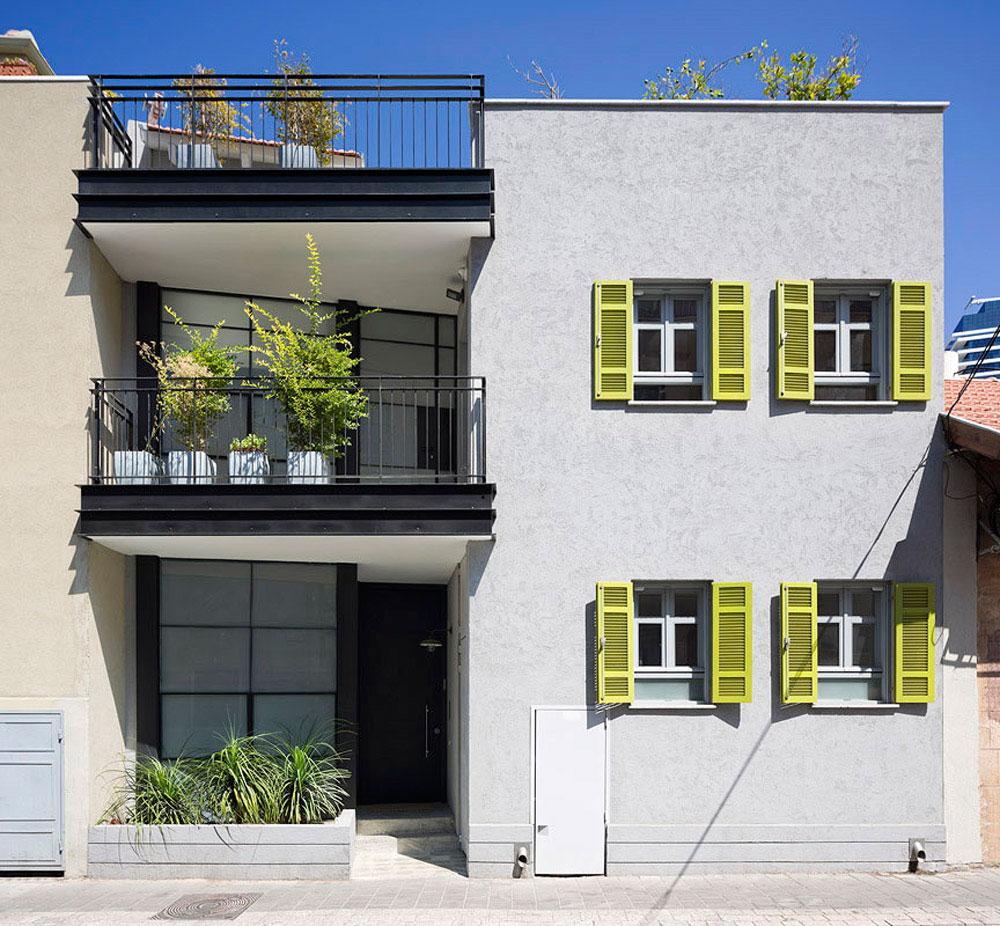 מבט אל חזית הבית. בית בתל-אביב. אדריכלות: אורית מילבואר-אייל. צילום: שי אפשטיין