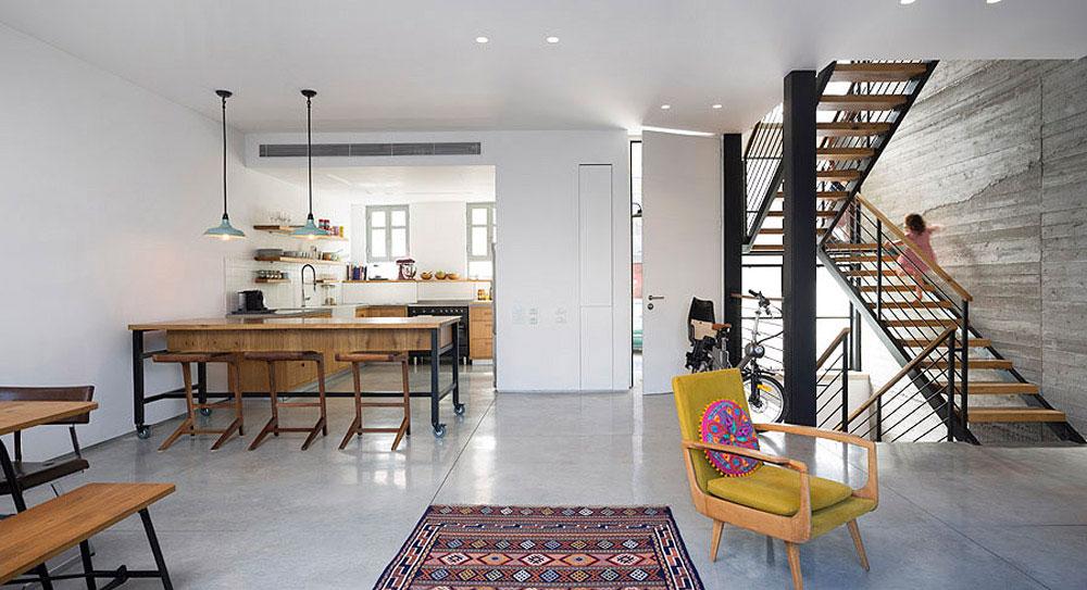 מבט אל המטבח וגרם המדרגות. בית בתל-אביב. אדריכלות: אורית מילבואר-אייל. צילום: שי אפשטיין