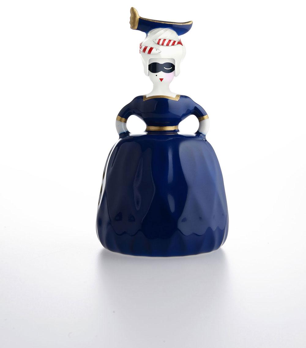 ונציה. מיניאטורה עם שמלת נשף כחולה, מסיכה על עיניה, סירה ודגים בשערה