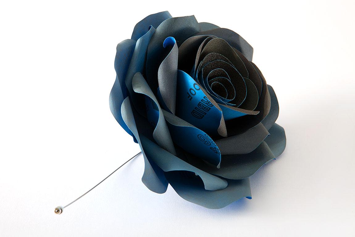 A rose is a rose is a rose, ורד כחול מניירות שיוף של ענת גולן, סיכת דש. ניירות שיוף, כסף, פלדה קפיצית