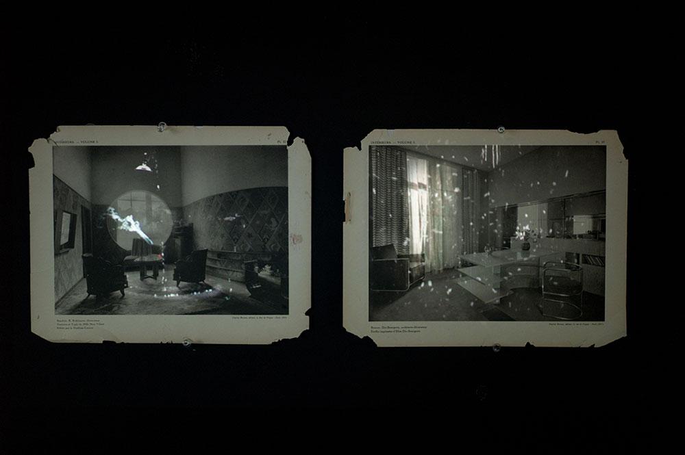 דנה לוי, ספרות של סופות 2014. מיצב; הקרנת וידאו והזרקת דיו. אוסף האמנית וגלריה ברוורמן, תל-אביב
