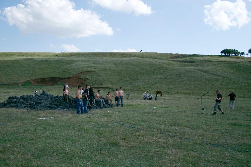 גלעד רטמן. חברי הלהקות יושבים על ערימת הבוץ שבה קברו את מגבריהם