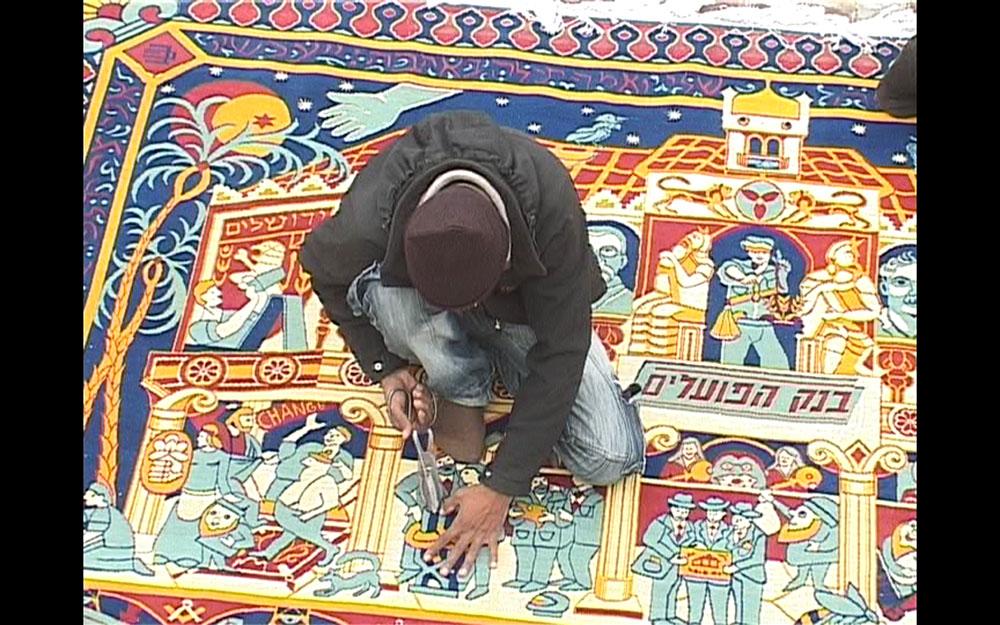 באפגניסטן. השטיח בעבודה