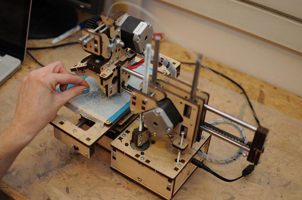 מעץ לבנה בחיתוך לייזר. מדפסת תלת המימד הראשונה