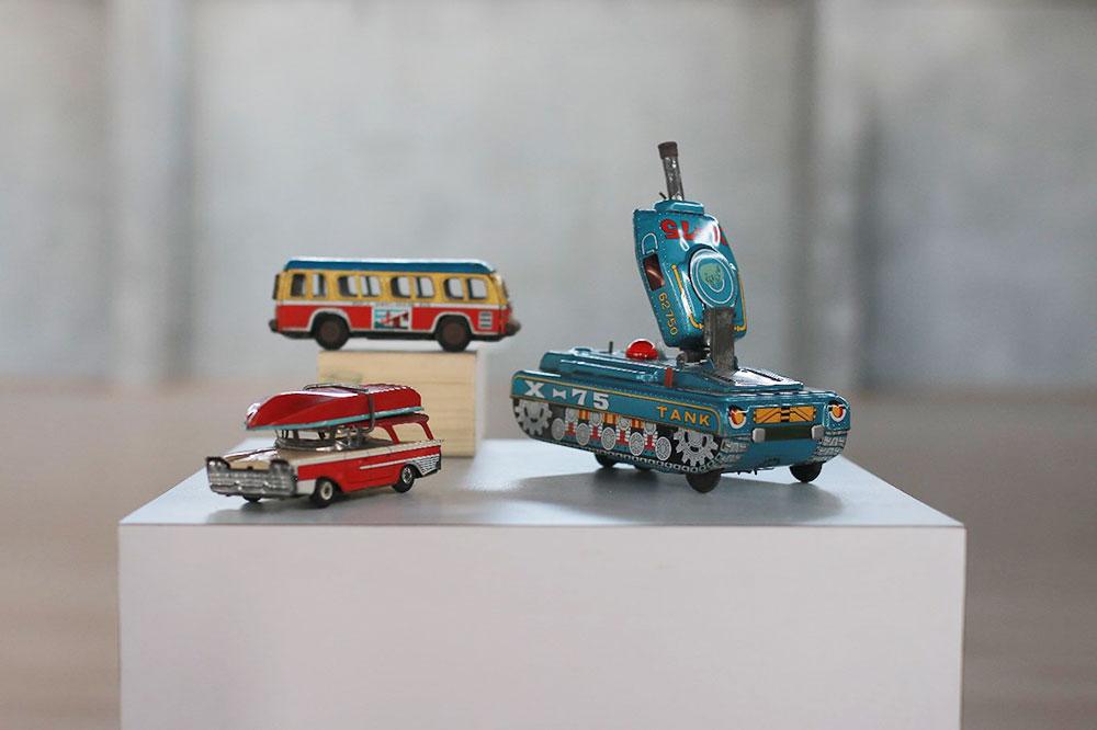 טנק, אוטובוס ומכונית משחק מפח צבעוני. אוסף מיכאל לוריא