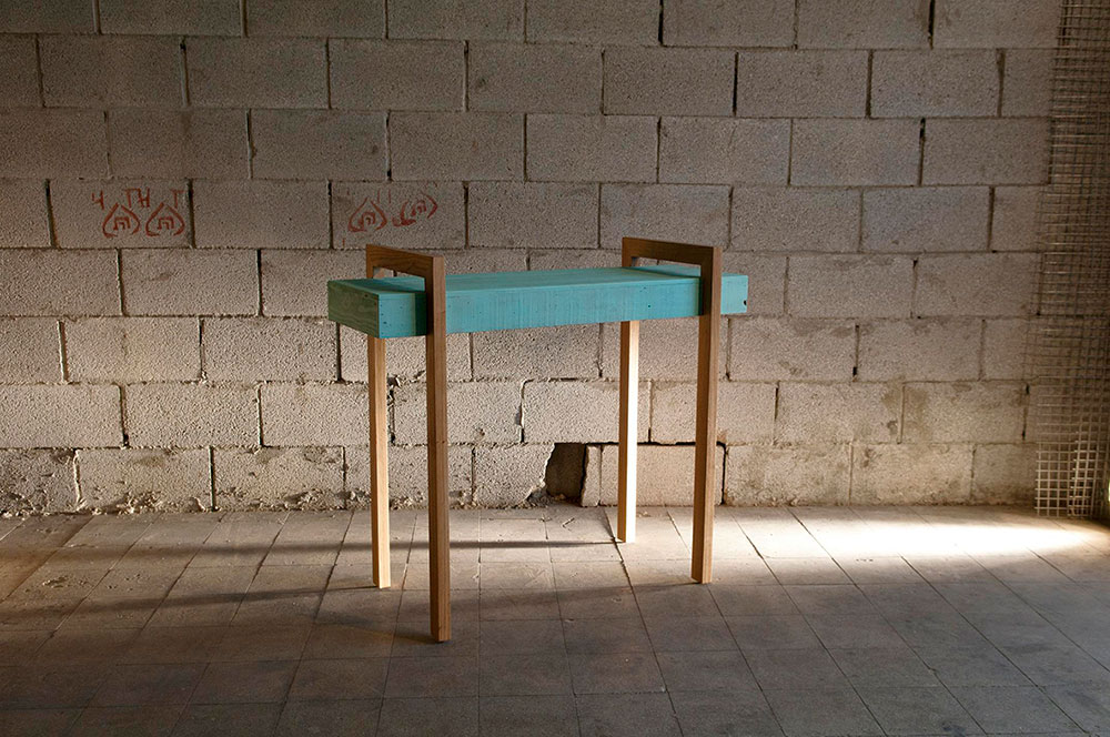 שולחן צד מגוש עץ צבוע תכלת