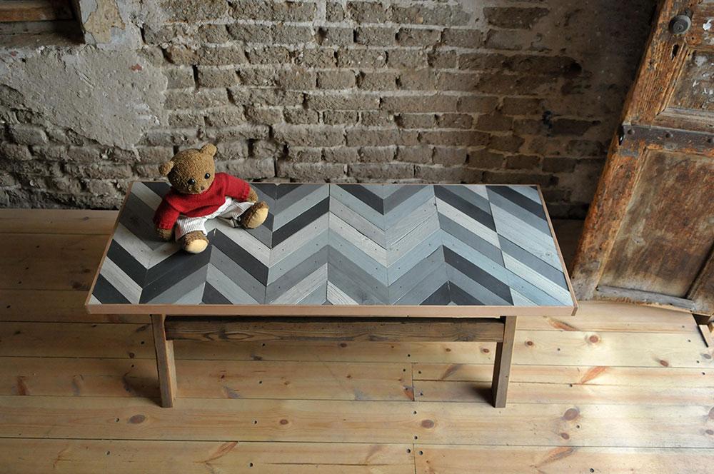 שולחן מכפיסי עץ בדוגמת זיגזג בשחור וגווני אפור